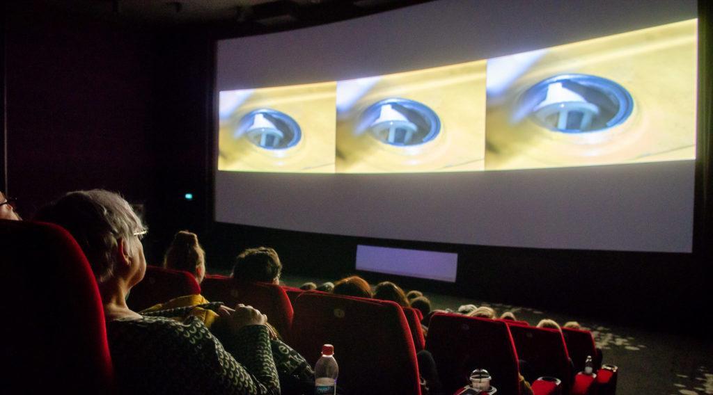 Elokuvateatterin istuimet ja ihmisiä / Movie theater seats and people