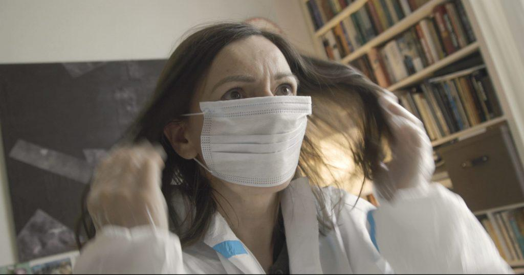 Nainen kasvomaskissa / A woman with a facemask