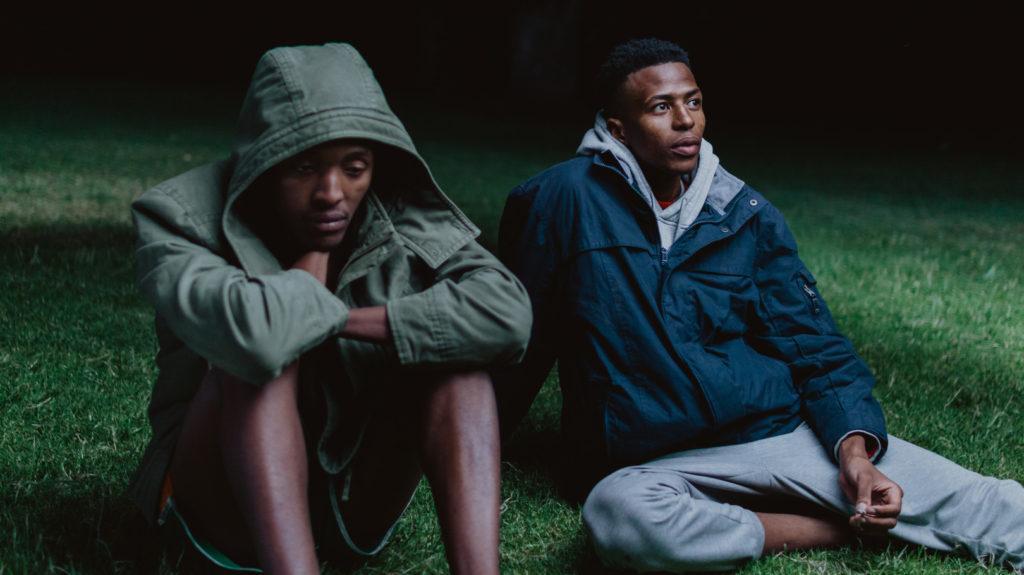 Kaksi miestä istuu maassa / Two man sitting on the ground