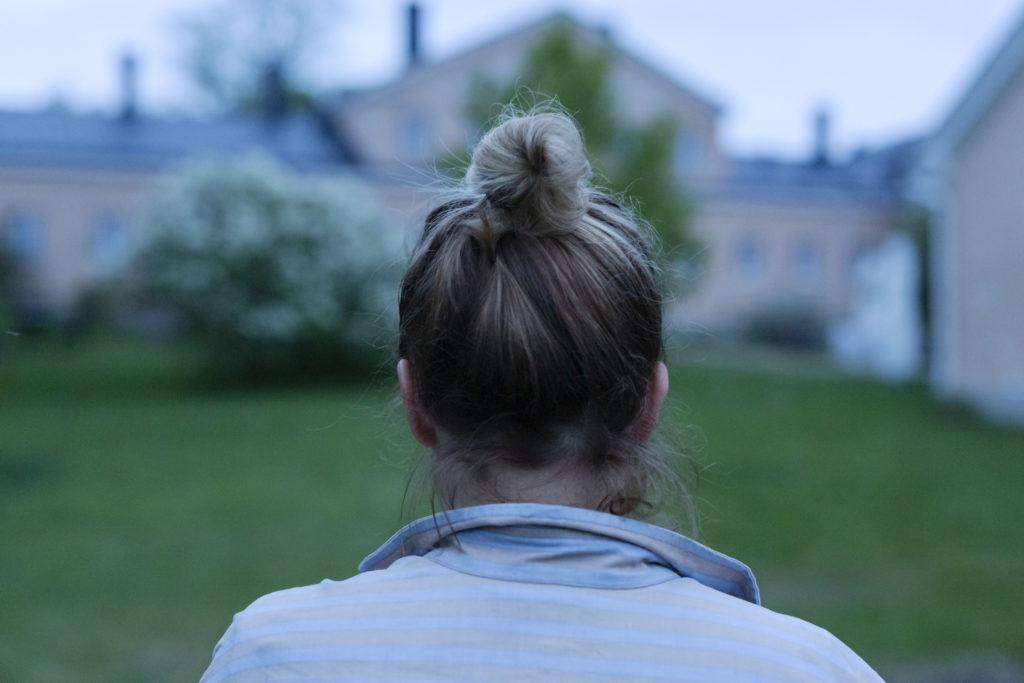Nainen takaapäin / Back of the head of a woman