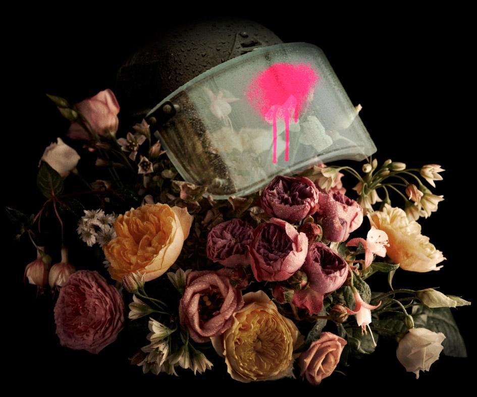 Kypärä jonka ympärillä on kukkasia / Helmet and flowers