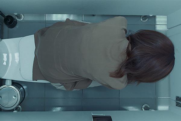 Nainen vessanpöntöllä
