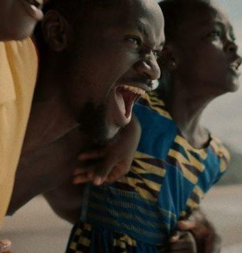 Mies ja kaksi poikaa huutaa / A man and two boys screaming
