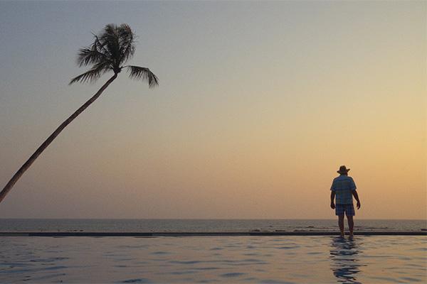 Palmu ja mies rannalla