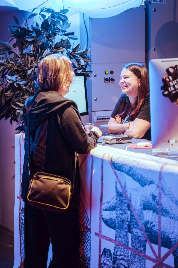 Kaksi naista keskustelee tason yli / Two women having a chat over a counter