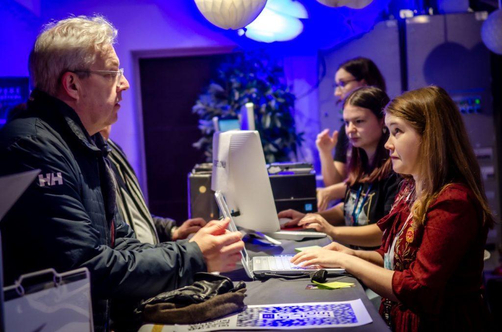 Mies puhuu naiselle tietokoneella / A man talking to a woman on a computer