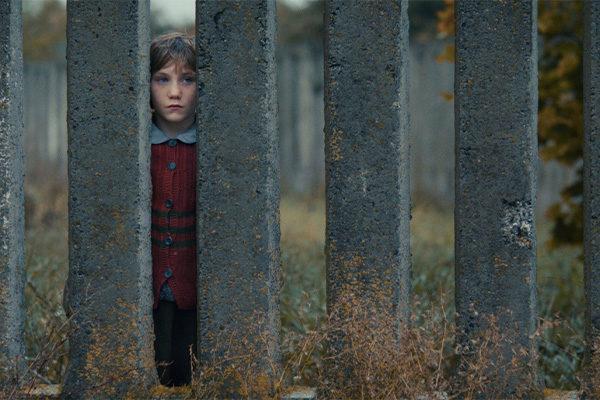 Tyttö aidan välistä / A girl throug a fence