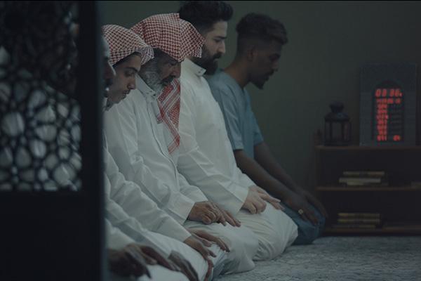 Miehiä rukoilemassa