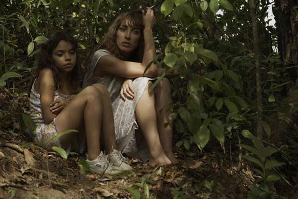 Nainen ja tyttö istuu metsässä