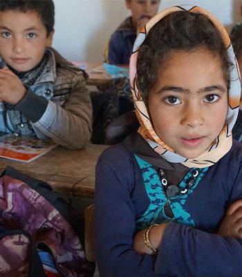 Lapsia istumassa luokassa / Children sitting in a classroom