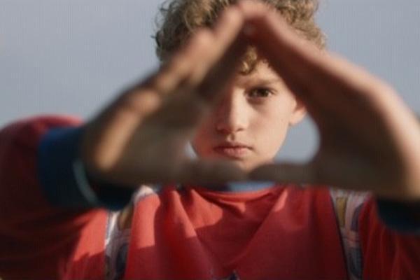 Poika joka tekee kolmion käsillään / A boy who makes a triangle with his hands