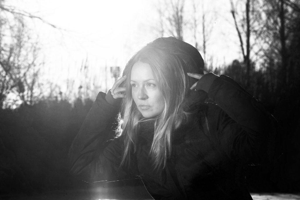 Nainen ja auringon valo mustavalkoisena / A woman and sunlight in black and white