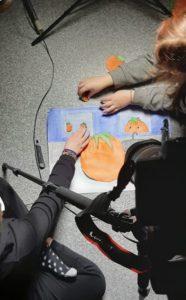 Students making an animation. Lielahden koulun oppilaat tekemässä animaatiota.